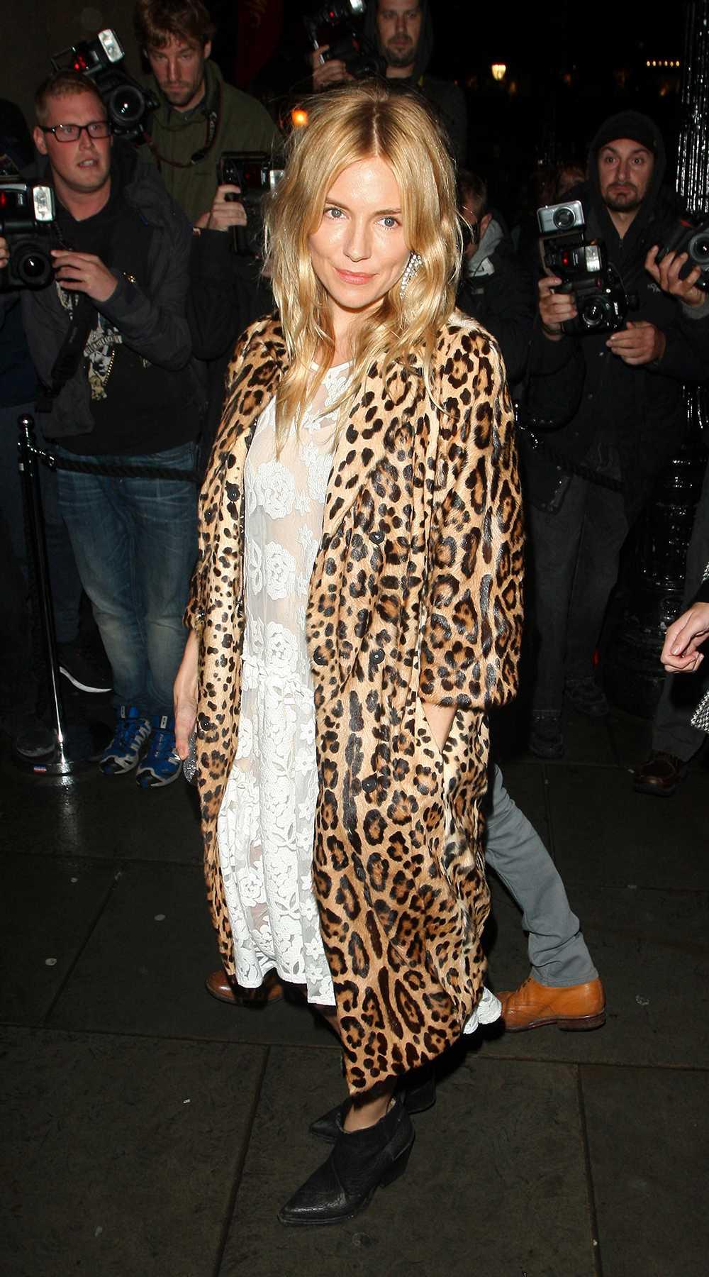 Sienna Miller Brittiska skådisen Sienna Miller gästade Vogues fashion week-middag i London och var snygg i djurprint, vit spets och svarta boots.