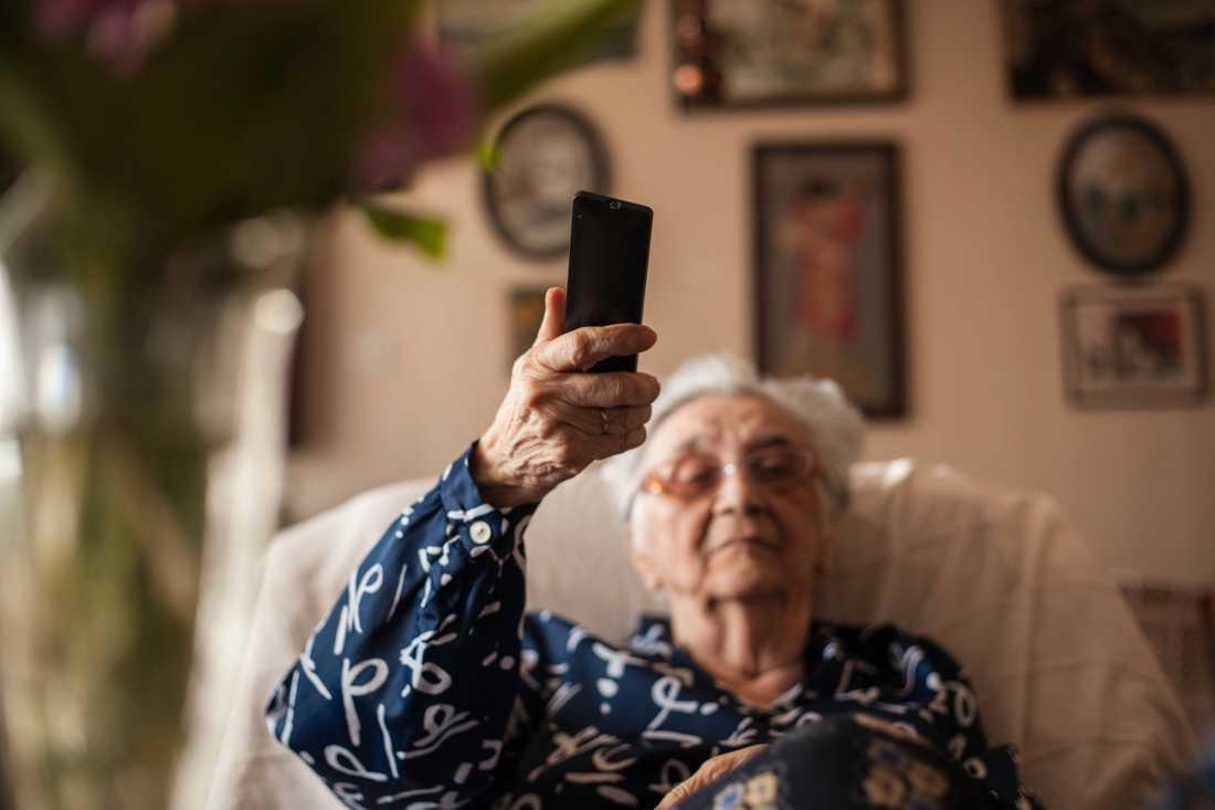 Den 8 september ska 500000 av 1,6 miljoner hushåll ställa om från analogt till digital-tv. För många äldre uppstår tekniska svårigheter, speciellt under pandemin när släktingar måste hålla sig borta.