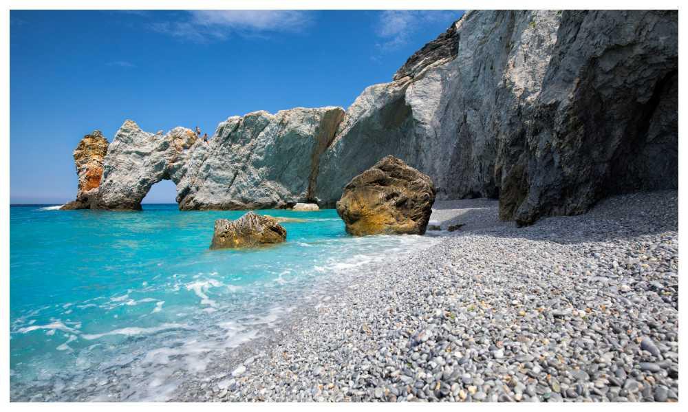 På Mamma Mia-ön Skiathos plockar turister med sig så mycket sten att strandlinjen bitvis försvunnit.