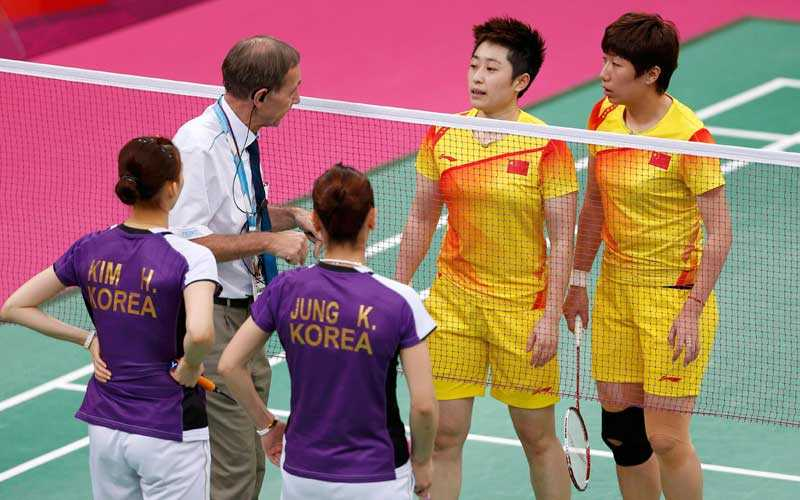 DISKADE Världsettorna Wang Xiaoli och Yu Yang (i gult) kastas ut från OS.