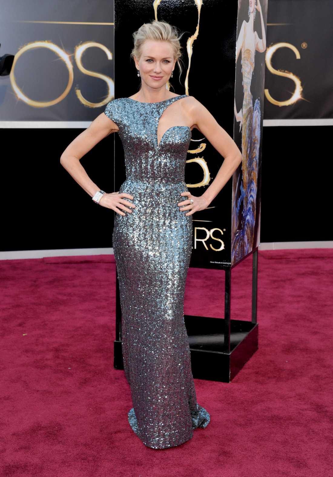 Naomi Watts Spännande! Vad kul att se en ovanlig överdel, älskar det oväntade. Armani har designat det här silverpaketet, nästan lite framtidskänsla och Star Wars över det här? 3 plus