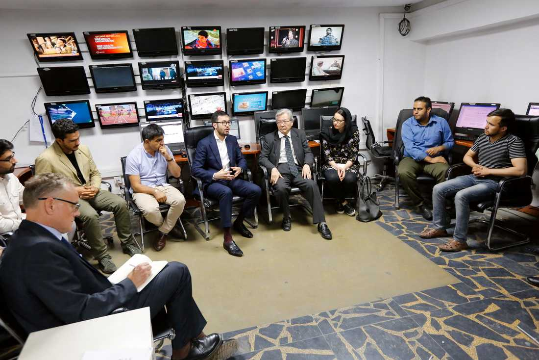 Lotfullah Najafizada (i blå kostym i mitten), chef för tv-kanalen Tolo News, under ett möte på redaktionen i Kabul den 8 september.
