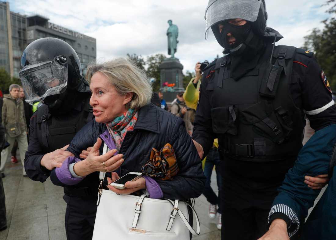 En kvinna som deltar i protesten frihetsberövas.