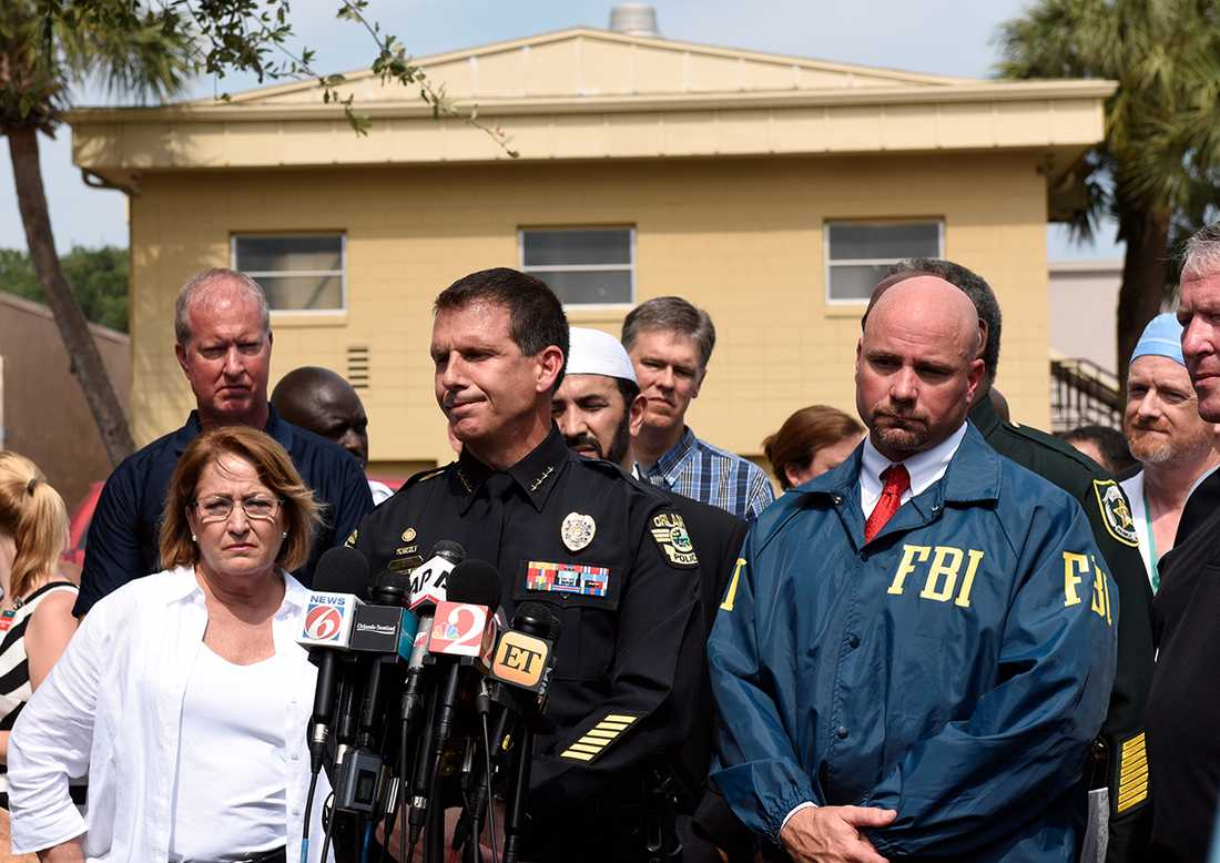 Orlandos polischef John Mina talar på en presskonferens om skjutningen på nattklubben.