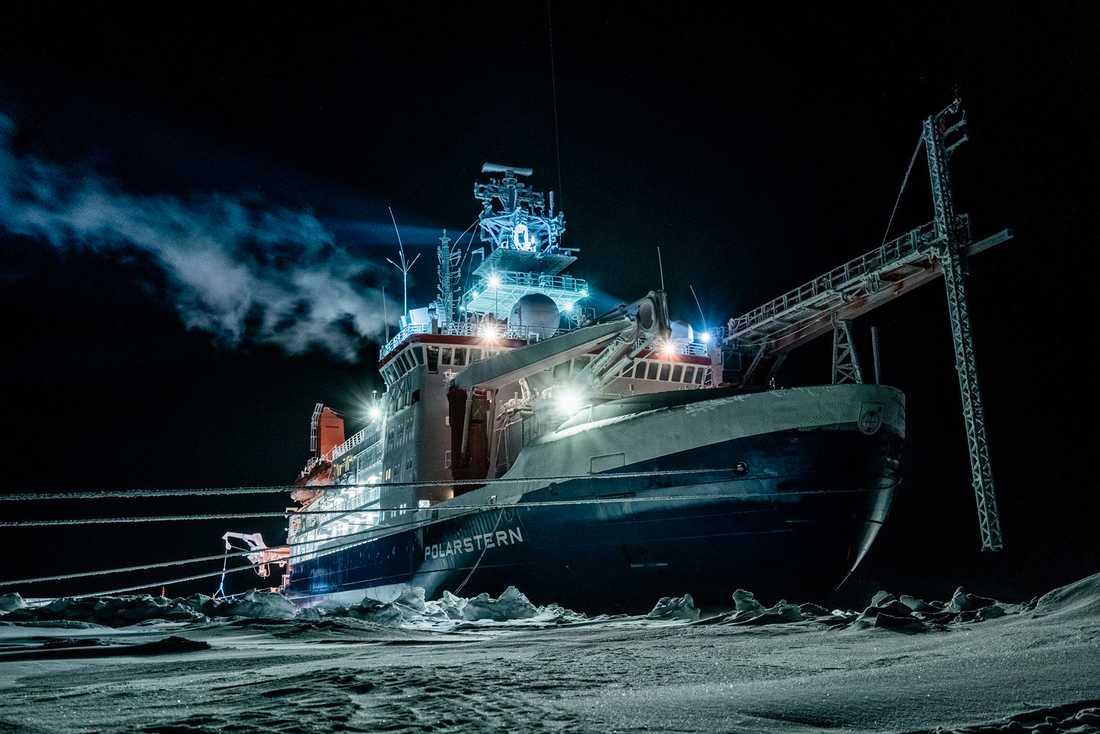 Isbrytaren Polarstern är sedan flera månader infrusen i packisen i Arktis. Planen är att fartyget ska driva med isen i ett år.