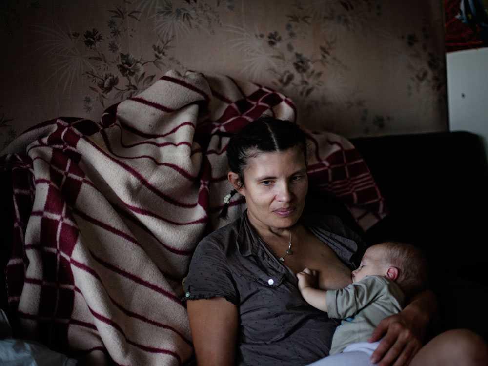Svetlana tvingas bo med sin make som hon har stämt för misshandel av henne själv och barnen.