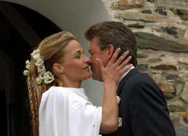 """"""" och Kristin Kaspersen ger sin pappa Kjell en puss på kinden."""