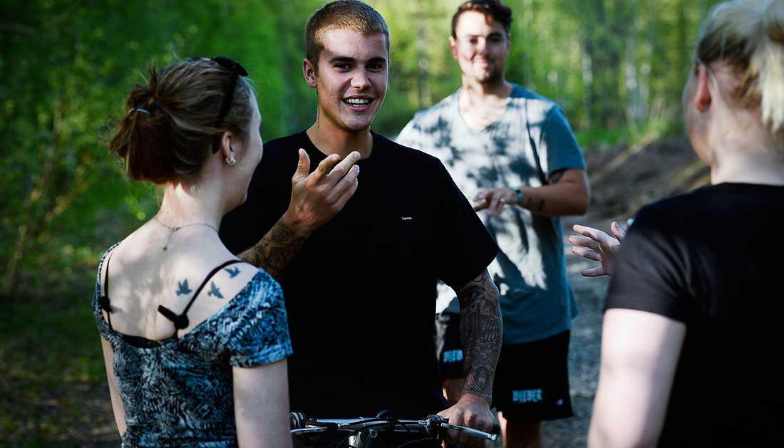 Emma Hånberg och Moa Karlberg träffade Bieber i skogen utanför Boden.