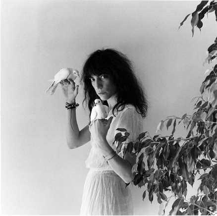 """Robert Mapplethorpe tog omslagsfotot till Patti Smiths """"Wave"""" från 1979."""
