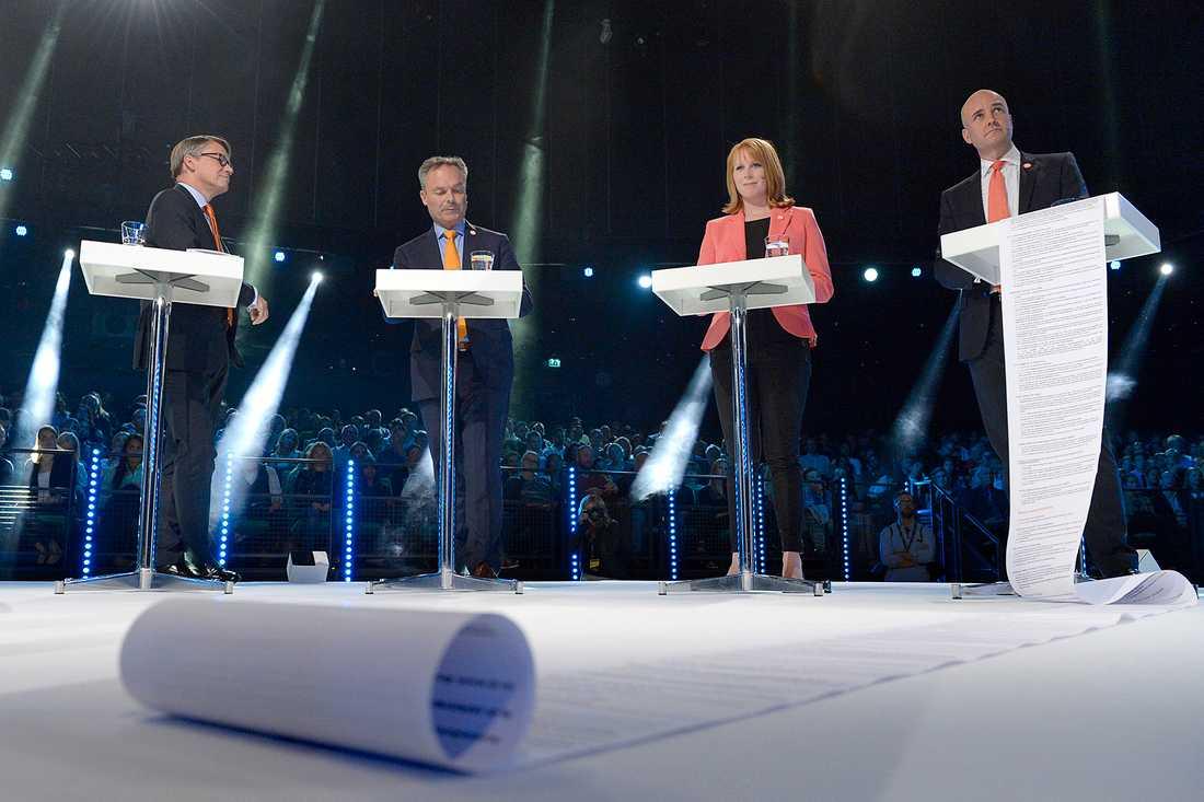 Fredrik Reinfeldt (M) hade med sig en lista till debatten.