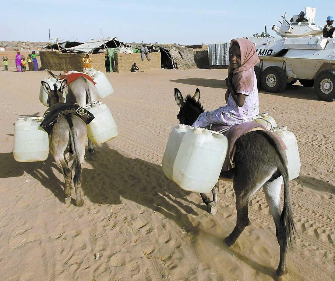 En flicka på väg att hämta vatten i flyktinglägret Abu Shouk utanför staden al-Fasher i Darfur. Öknens utbredning är en anledning till konflikterna i regionen.
