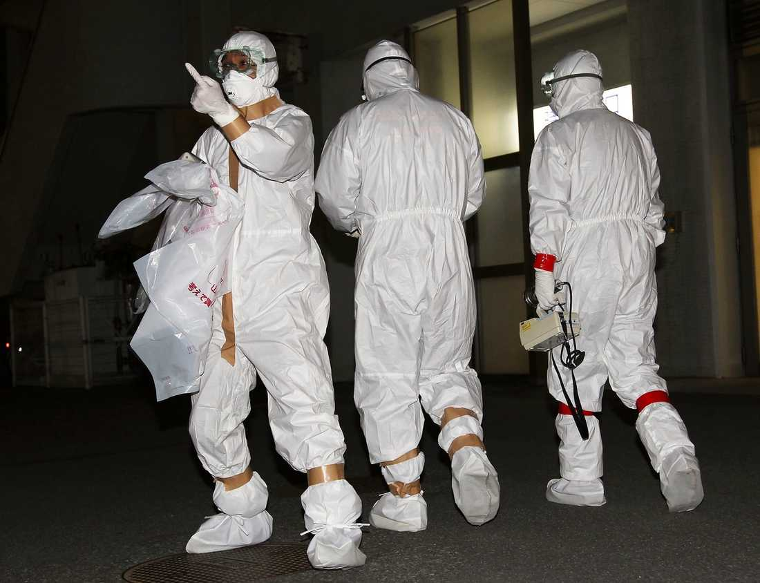 människor som misstänktes ha utsatts för strålning efter explosionen i Fukushima i söndags. MÄTER RADIOAKTIVITET Skyddsklädda läkare testade människor som misstänktes ha utsatts för strålning efter explosionen i Fukushima i söndags. I natt small det igen i det kollapsade kärnkraftverket. Personal vid reaktor 1 och 2 evakuerades omedelbart. Kvar fanns 50 anställda som desperat försökte kyla bränslestavarna.