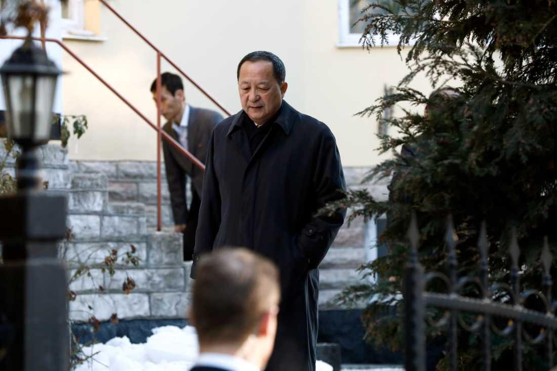 Nordkoreas utrikesminister Ri Yong-ho lämnar sin ambassad på fredagsmorgonen.