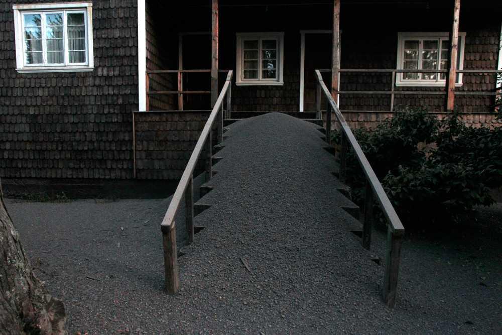 Hela husets entré har täckts av rester från vulkanutbrottet