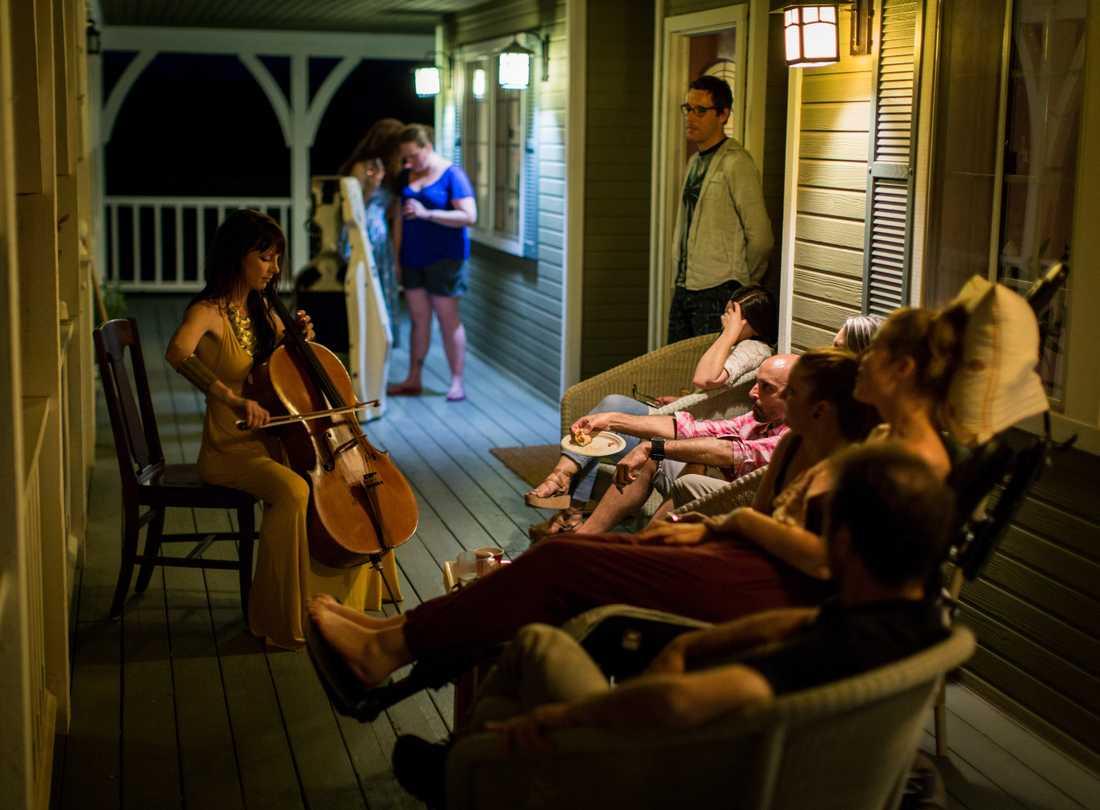 Vännerna spelade musik, drack drinkar och tittade på film.