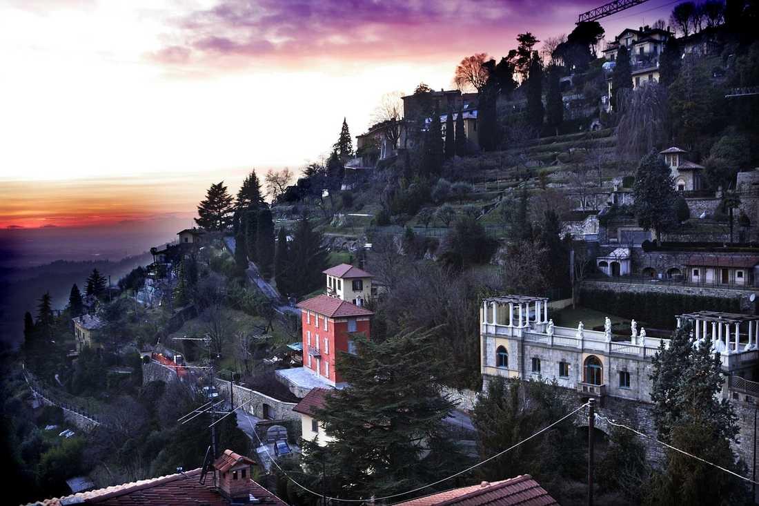 Solen går ner och kvällen börjar i Bergamo. Då är det dags att ta bergbanan upp till Città Alta för att äta middag på en de många mysiga restaurangerna.