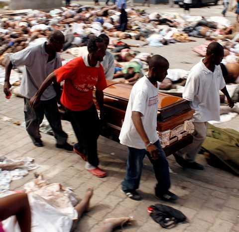 fler döda kommer hela tiden Hundratals döda ligger utanför General Hospital i Port-au-Prince. Hela tiden kommer lastbilar fullastade med lik, som samlats upp runt om i Haitis huvudstad.