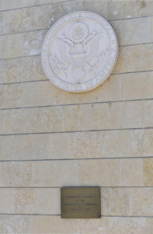 """Ambassaden och området omkring ambassaden pyntas med flaggor och blommor i """"stars and strupes""""."""
