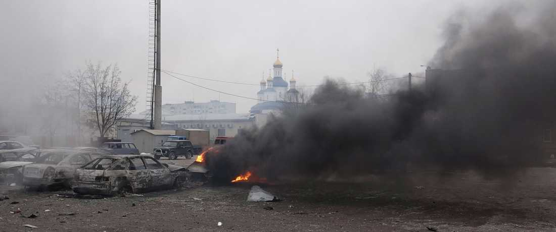 Utbrända bilar efter raketattacken mot bostadsområde i Mariupo i Ukraina.
