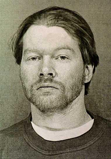 Axl Rose Guns N' Roses sångare greps tisdagen den 10 februari 1998 av Maricopa-polisen efter att han påstås ha verbalt attackerat säkerhetspersonal på en flygplats i Phoenix, Arizona.