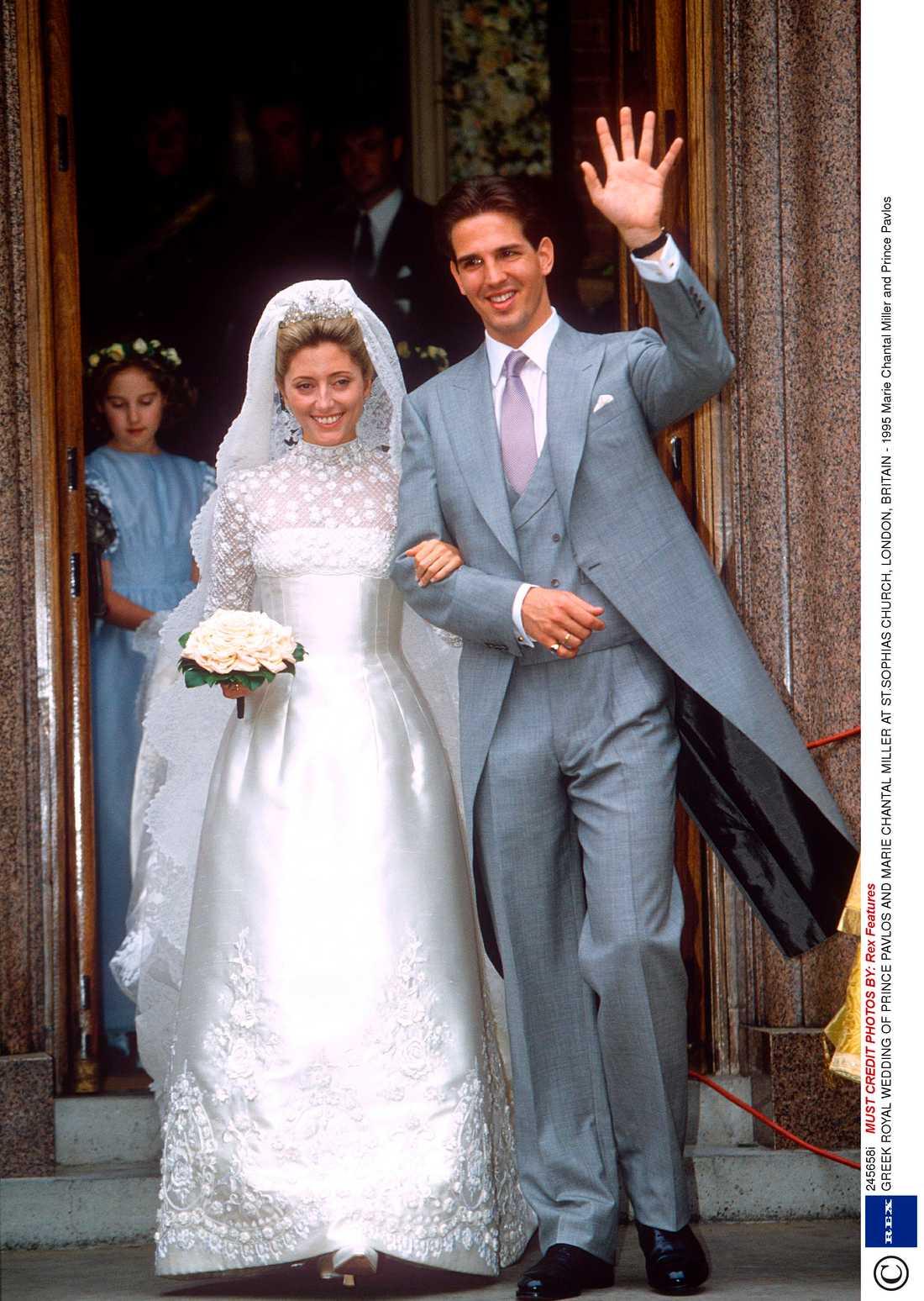 Marie Chantal är god vän till prinsessan Madeleine och är gäst på bröllopet. Hon bar en sidenklänning med spetsdetaljer signerad Valentino.