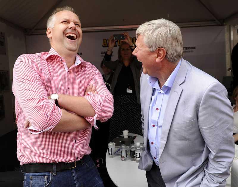 Utmanare Jonas Sjöstedt är en av de tre vänsterpartister som utmanat Lars Ohly och tänker kandidera till partiledarposten. Här tillsammans med Ohly under Almedalsveckan 2011.