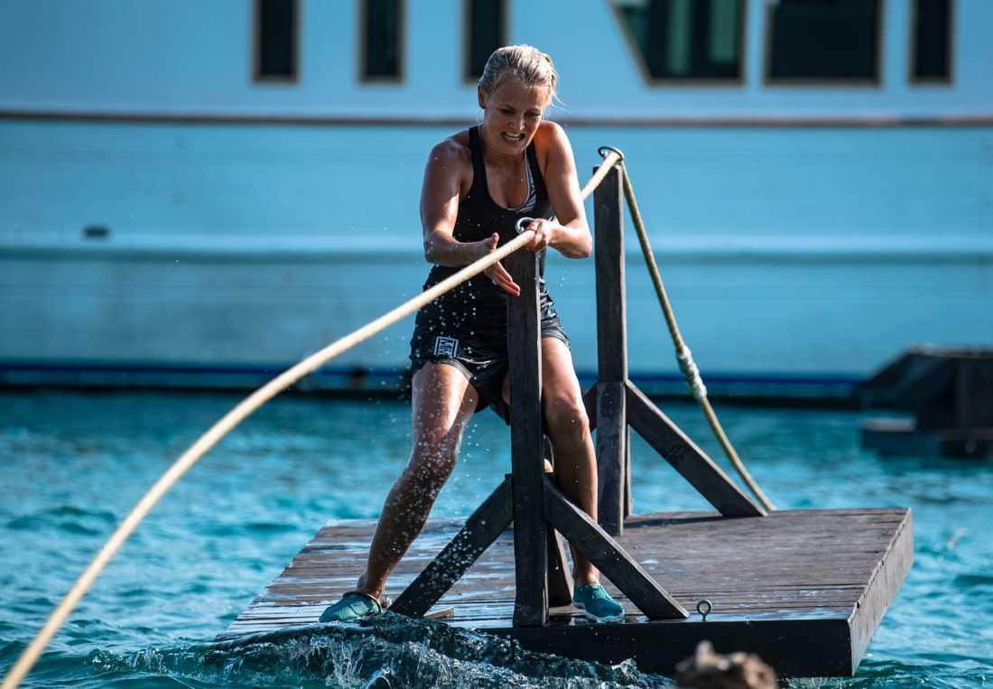 Tävling 4. Styrka, kondition och strategi när deltagarna skulle ta sig över och genom havet på olika sätt och dessutom räkna. Här Josefine Öqvist