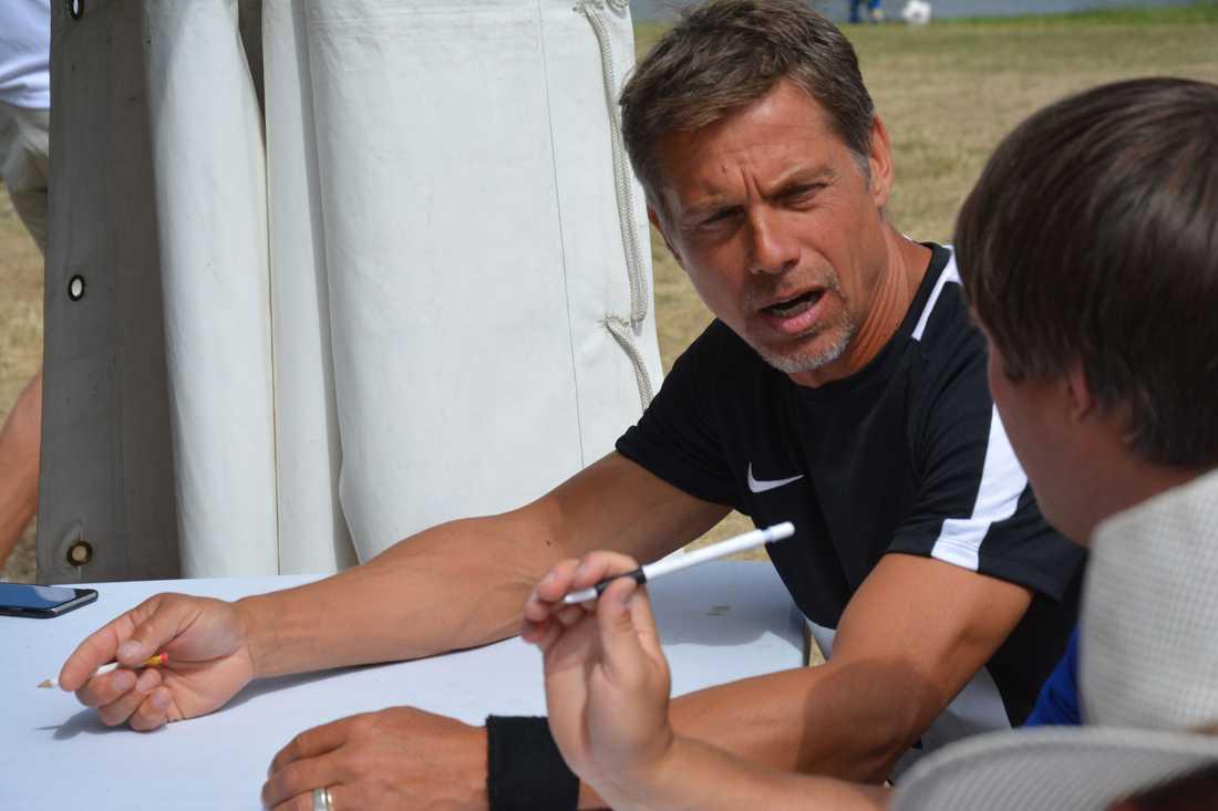 Ola Wenström signerar scorekorten efter ronden. Han tycker att SM-debuten gav mersmak i den svåra sporten footgolf.