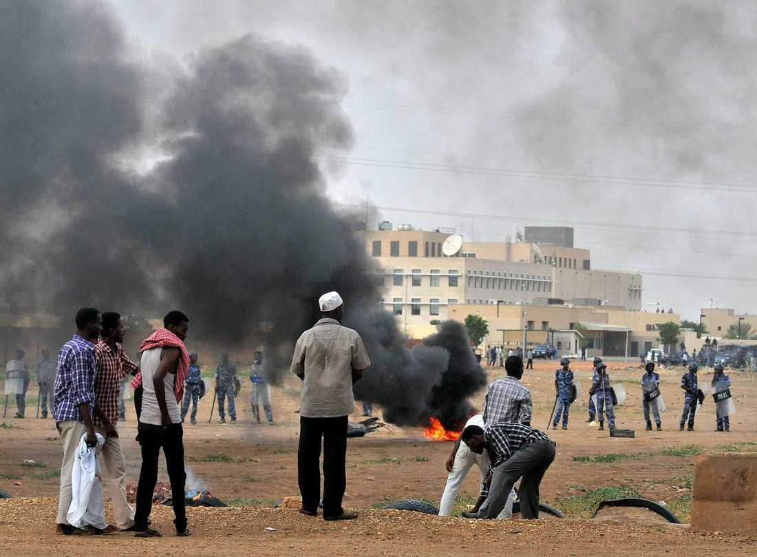 Sudaneiska demonstranter bränner bildäck utanför USA:s ambassad i Khartoum.