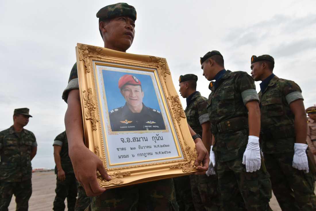 Saman Gunan, 37, dog under räddningsarbetet.