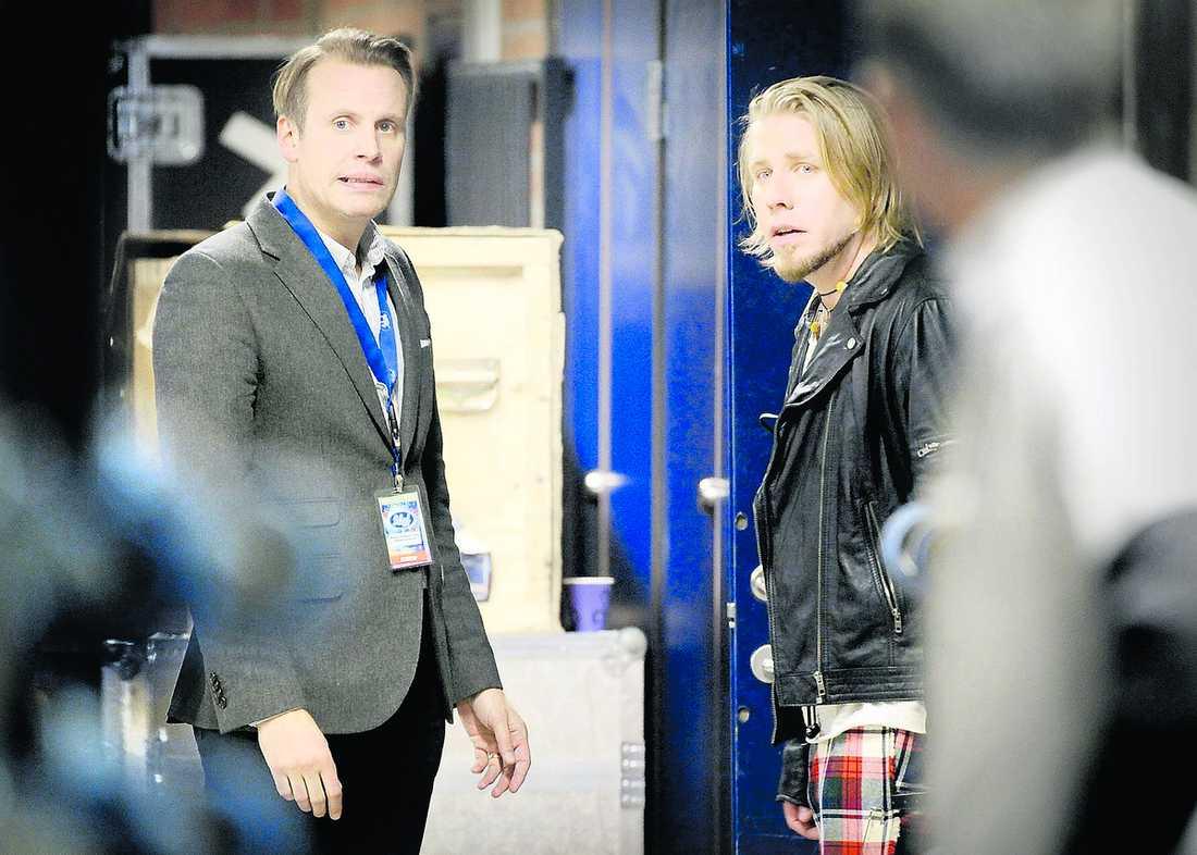 """Tufft läge """"Idol""""-producenten Magnus Karlsson Lamm och Jay Smith såg pressade ut i går bakom kulisserna. """"Vi tar avstånd från knark och det gör Jay också"""", säger Karlsson Lamm."""