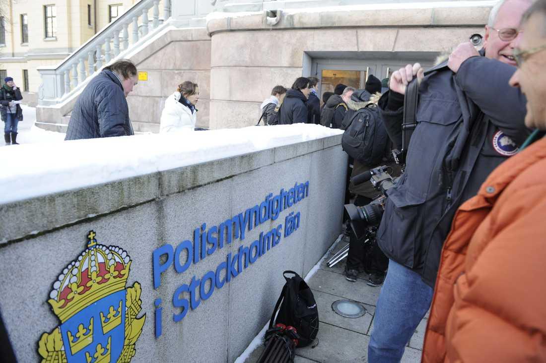 Pressuppbåd Klockan 10 på söndagen höll polisen presskonferens angående självmordsattentatet. Mängder av journalister hade samlats vid polishuset i Stockholm.