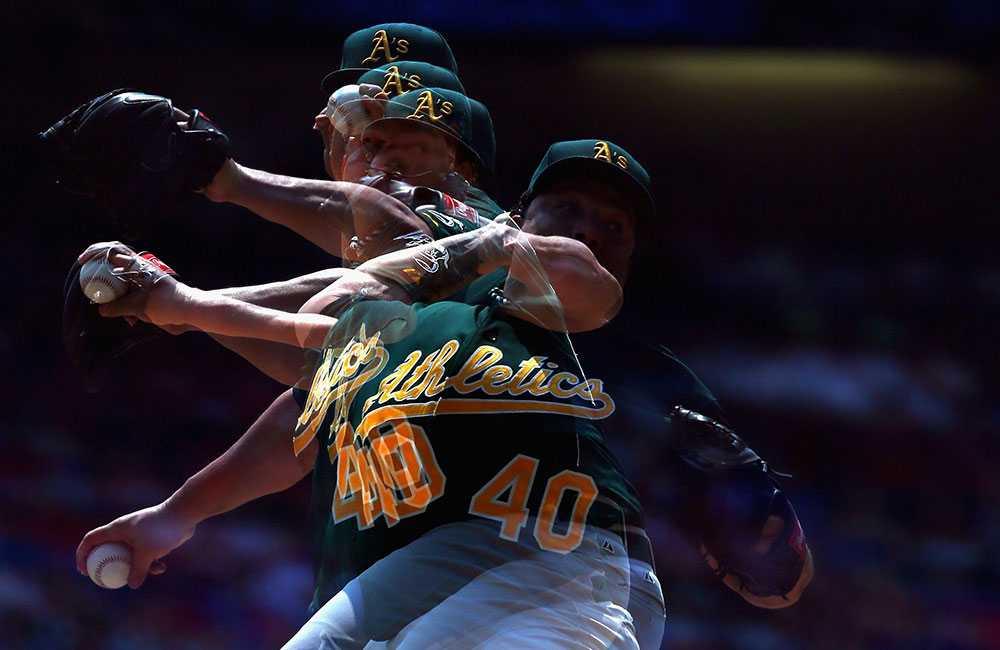 Basebollspelaren Bartolo Colon i klubben Oakland Athletics kastar i matchen mot Texas Rangers. E kombination av ett flertal exponeringar har använts för att skapa den här bilden.