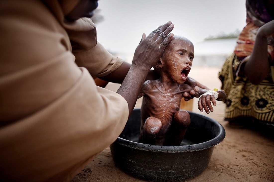 """32 DAGAR I ÖKNEN  Abdilfatah, 2, från Somalia kämpar för sitt liv i flyktinglägret Dadaab i Kenya. Han har korsat öknen i 32 dagar tillsammans med sin mamma Ido Jaylani. """"Jag flydde från torkan och kriget för att få hjälp här"""", säger hon."""
