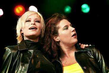låt tjejerna sjunga Gårdagens konsert med Friends nådde en erbarmlig bottennivå när Nina Inhammar och Kim Kärnfalk lät Tony Haglund sjunga en låt. Det är tjejerna som är behållningen av konserten, skriver Aftonbladets recensent.Foto : UFFE NYLÉN