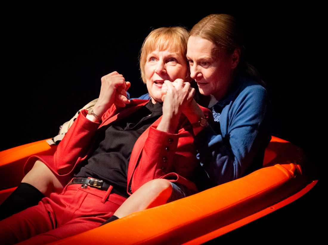 Eva Stensson och Annika Hallin i Martina Montelius pjäs på Brunnsgatan Fyra.