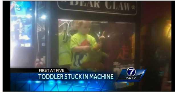 """Pojke i """"klomaskin"""" Det är oklart hur pojken hamnade i maskinen, men polisen tror att han klättra in på egen hand."""