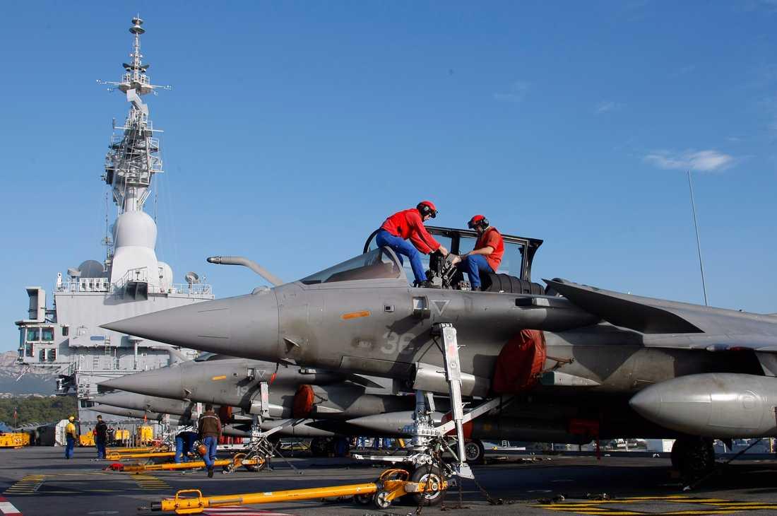 Bomber på väg Franska Rafael-stridsflygplan förbereds på hangarfartyget Charles de Gaulle som nu är på väg mot Syrien. Foto: AP