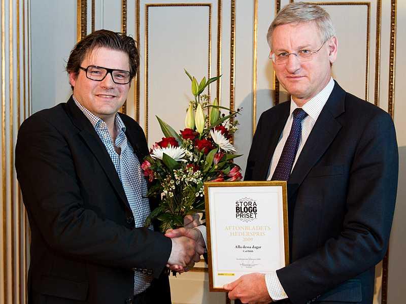 Aftonbladets chefredaktör Jan Helin delar ut Stora Bloggprisets hederspris till Carl Bildt.