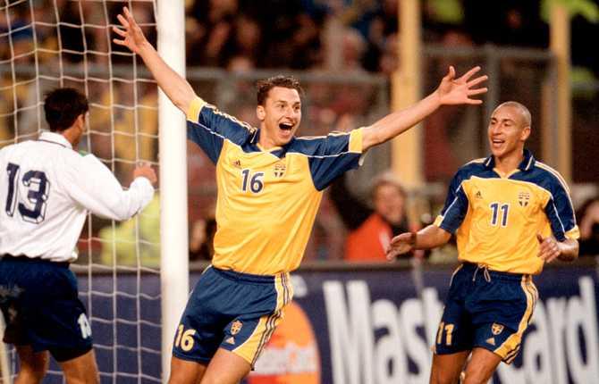 Zlatans första landslagsmål kom den 7 oktober 2001 i VM-kvalmatchen mot Azerbajdzan (seger, 3-0). Här jublar Zlatan tillsammans med Henke.