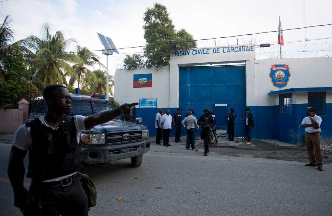 Polis utanför fängelset från vilket över 170 interner rymde.