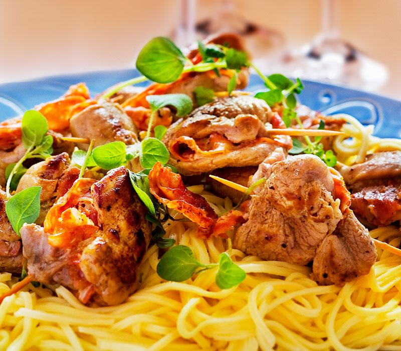 Laga fläskfilé med salami och pasta av veckans matfynd.