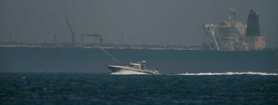 Kustbevakningen kör förbi en oljetanker utanför Fujairahs kust i Förenade arabemiraten i samband med sabotaget den 13 maj i år. Arkivbild.