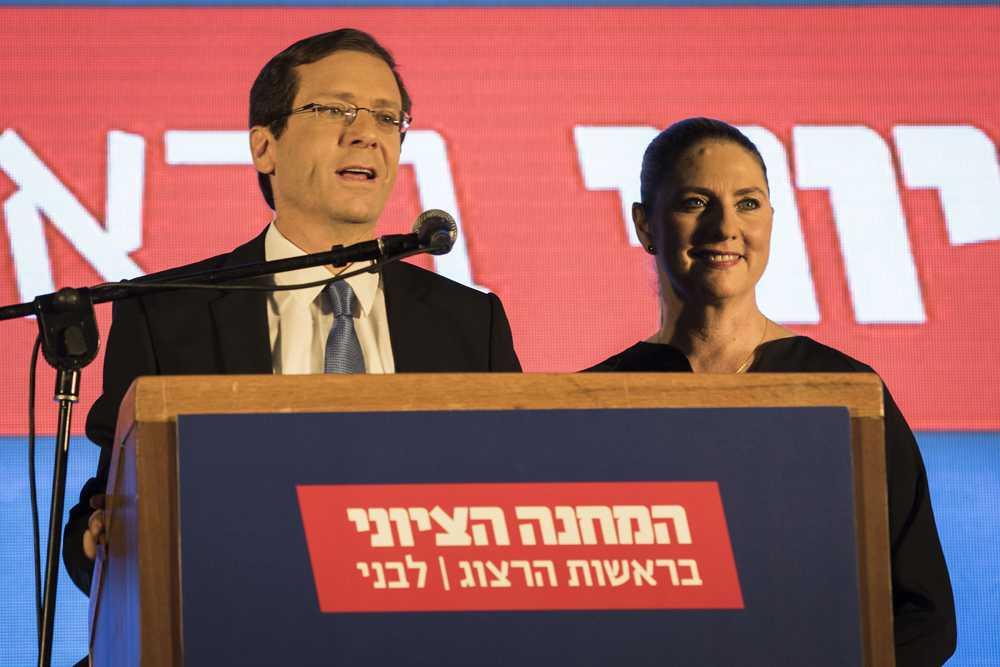 Förhandsfavoriten Isaac Herzog håller tal.