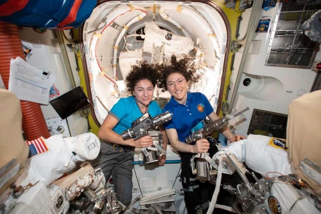 Astronauterna Jessica Meir, till vänster, and Christina Koch i den internationella rymdstationen ISS.