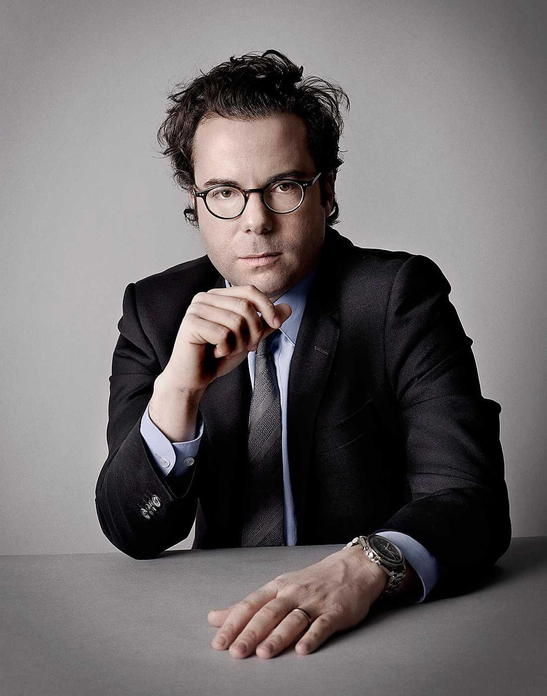 Simon Blecher, 35, är fil kand i företagsekonomi och har jobbat för såväl Affärsvärden som Dagens Nyheter. Och som förvaltare av över 61000 svenskars PPM-pengar hos Carnegie ligger han försiktigt på plus.