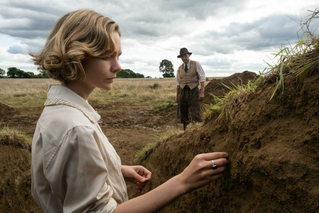 "Carey Mulligan och Ralph Fiennes i ""The dig""."