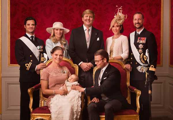 Prinsessan Estelle tillsammans med sina föräldrar och faddrar, överst från vänster: prins Carl Philip, Anna Westling, holländska prinsen Willem-Alexander, prinsessan Mary och norska kronprins Haakon.