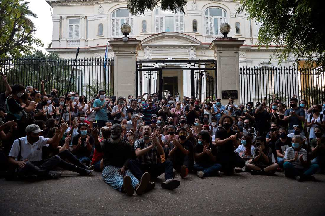 Protester utanför Kubas kulturdepartement.
