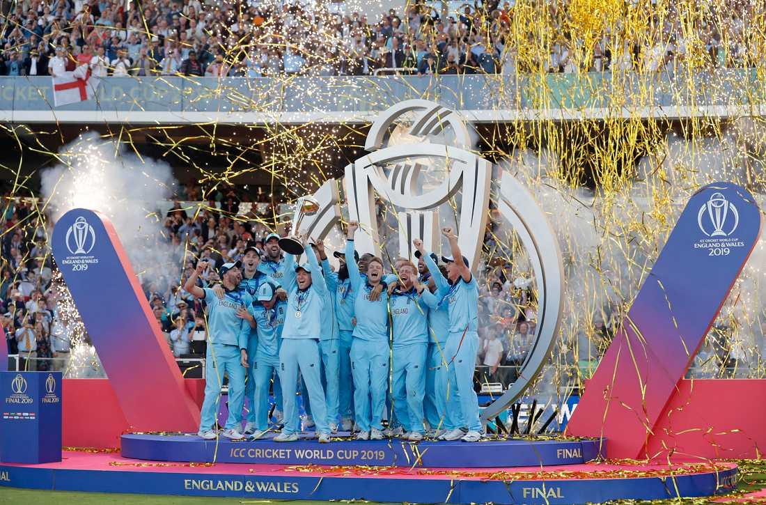 Englands lagkapten Eoin Morgan lyfter VM-pokalen efter den dramatiska finalen mot Nya Zeeland.